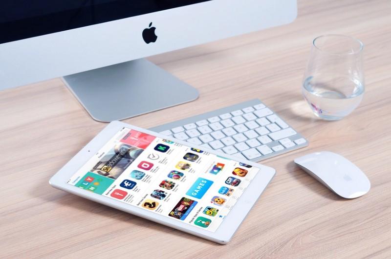 Computador, tablet e um copo d'água