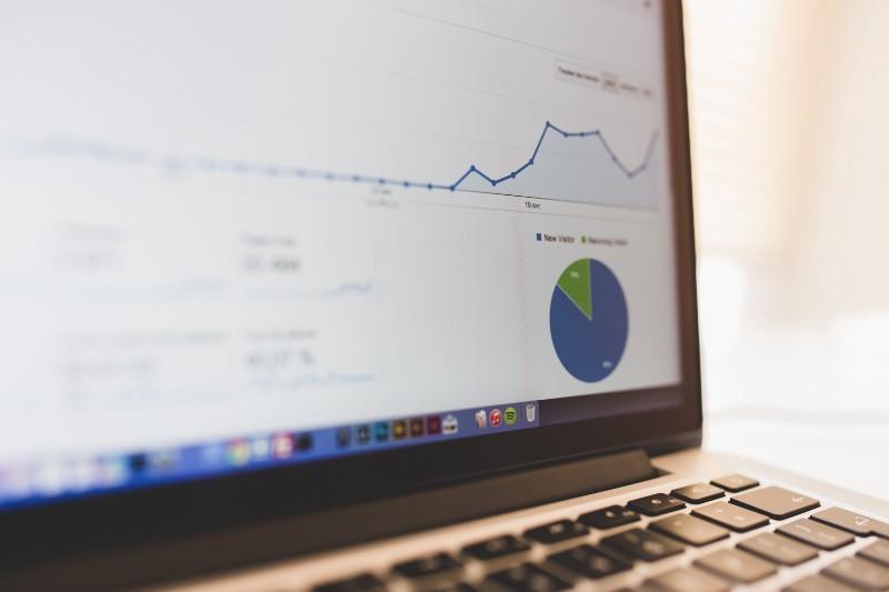 Página do Google Analytics na tela de um laptop