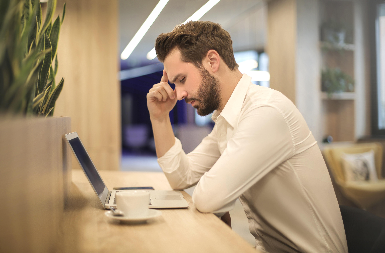 empreendedor pensando em frente ao computador