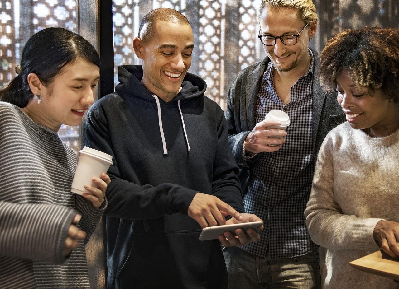 grupo de pessoas assistindo algo em um smartphone