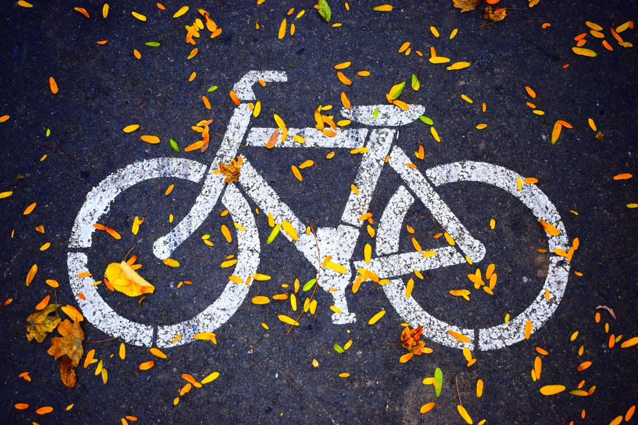 desenho branco  de bicicleta no chao