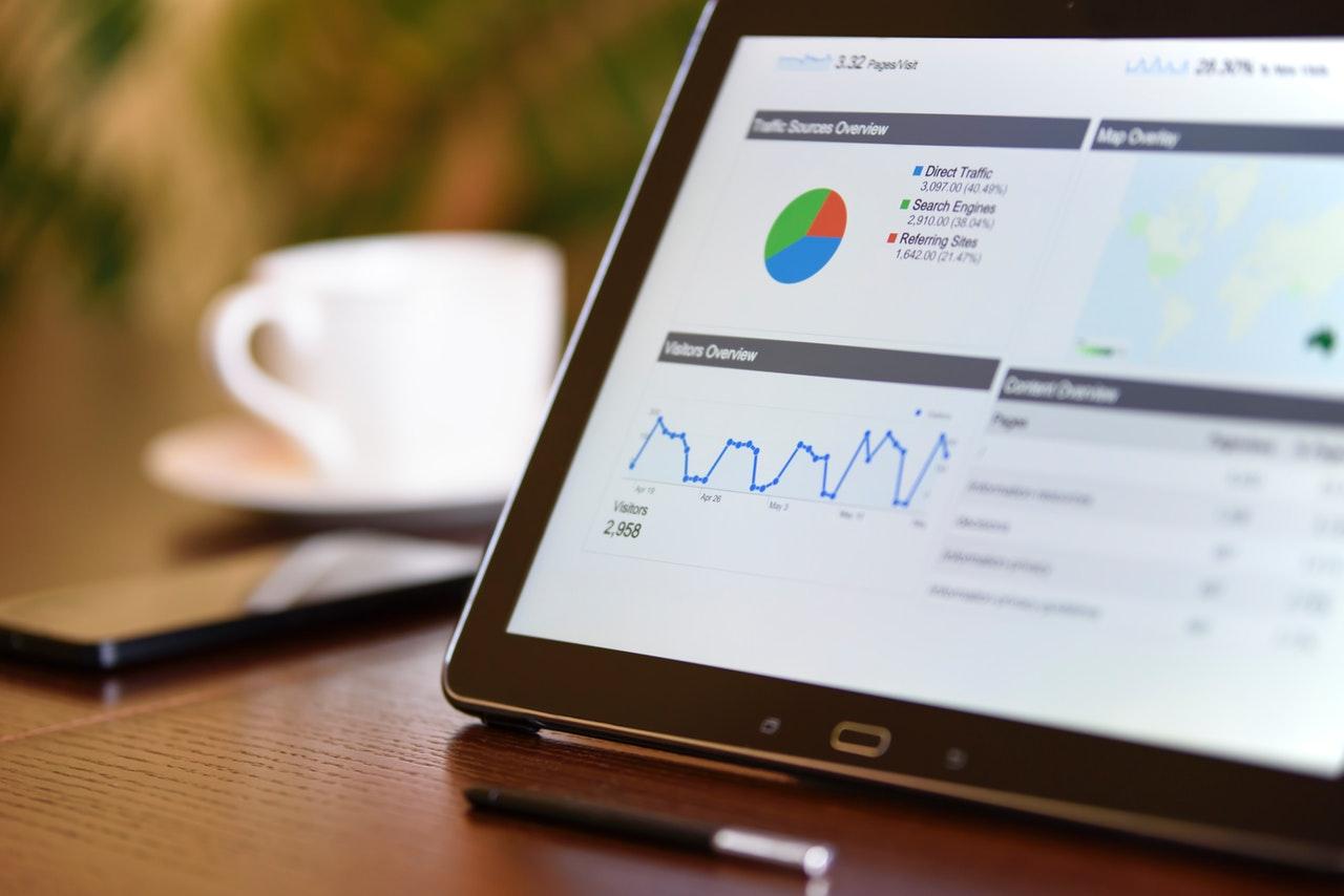 tablet com graficos de vendas